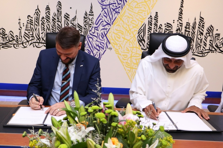 1 - احمد بن سعيد وفيل مالم اثناء توقيع عقد تمديد الاتفاقية.jpg